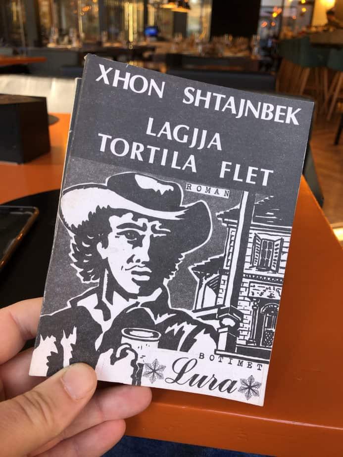 Për çfarë flet romani Tortilla Flat nga John Steibeck?