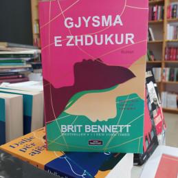 Gjysma e zhdukur, Brit Bennett